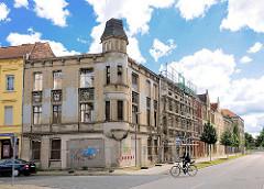 Leerstehende, verfallenes Wohnhaus in Wittenberge - das Gründerzeitgebäude ist entkernt.