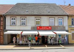 Kleidungsgeschäft - Mode; Ausstellung auf dem Fussweg - Bilder aus der Hansestadt Seehausen.