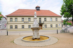 Neptunbrunnen vor dem Rathausgebäude der Hansestadt Osterburg.