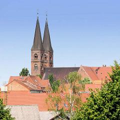 Türme des Stendaler St. Nikolaus Doms über den Dächern der Hansestadt.