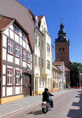 Wohnhäuser und Kirchturm der Stadtkirche St. Laurentius in der Hansestadt Havelberg.