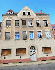 Leerstehendes mehrstöckiges Wohnhaus in Wittenberge.