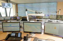 Bildschirme - Leitstelle für den Schiffsverkehr im Hamburger Hafen - Nautische Zentrale.