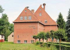 Grundschule Hansestadt Werben / Heinz Steyer Schule; Storchennest auf dem Dach - es steht zur Diskussion die Schule gegen den aktiven Widerstand der Eltern zu schliessen.