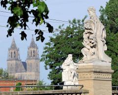 Zollbrücke in Magdeburg - Brücke über die Zollelbe - allegorische Skulpturen; Bildhauer Emil Hundrieser; im Hintergrund die Türme vom Magdeburger Dom.