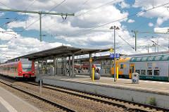 Bahnsteige mit Zügen - Neubauten, Bahnhof Wittenberge.