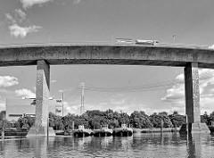 Köhlbrandbrücke über den Rugenberger Hafen im Hamburger Hafengebiet - Arbeitsschiffe liegen an Dalben; im Hintergrund die Anlage der MVR Müllverwertung Rugenberger Damm.