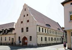 Historische Architektur / Hansestadt Gardelegen - Grosse Hospital; Inschrift CUM FIDO CHRISTO - DIESES HOSPITAL SPIRITUS SANCIT IST WIEDER NEU ERBAUET IM JAHR CHRISTI 1728 - SOLI CHRISTO GLORIA.