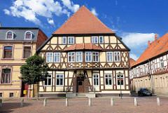 Historisches Fachwerkgebäude am Rathausplatz der Hansestadt Gardelegen.