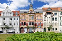 Restauiertes, farbenfrohes Jugenstilhaus Vier Jahreszeiten - Haus der Vierjahreszeiten Wittenberge; 1906 als Wohn- und Geschäftshaus erbaut.