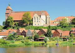 Blick über die Havel zum Domberg mit dem romanischen Havelberger Dom. Häuser am Ufer der Havel / Weinbergstrasse.