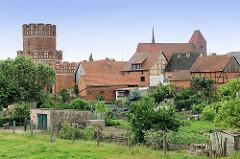 Ansicht der Hansestadt Werben - Dächer der Fachwerkhäuser; lks. der mittelalterliche Turm der Stadtmauer - re. die St. Johanniskirche.