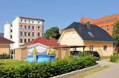 Alt + Neu, unterschiedliche Architekturformen dicht beieinander - Einzelhaus mit Planschbecken, mehrstöckiges Gründerzeitgebäude - Architektur in Magdeburg.
