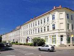 Klassizistische Wohngebäude, Etagenhäuser mit weisser Fassade, Stuckdekor - Architektur in Stendal.