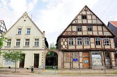 Verfallene und restaurierte Wohnhäuser in der Hansestadt Gardelegen; re. Bürgerhaus erbaut ca. 1868.
