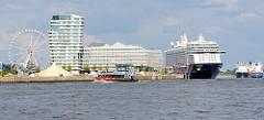 """Moderne Architektur am Kreuzfahrtterminal Hafencity; das Kreuzfahrtschiff """"MEIN SCHIFF 3"""" liegt am Kai."""