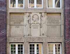 Detail Fassade Kunstgewerbe und Handwerkerschule Magdeburg. Fassadenschmuck, Portrait Erwin v. Steinbach - Sinnsprüche von Goethe und Uhland.