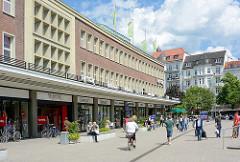 Ehem. Karstadtgebäude am Marie-Jonas-Platz; die 1950er Jahre Architektur steht unter Dankmalschutz - im Hintergrund mehrstöckige Wohnhäuser / Gründerzeitarchitektur an der Eppendorfer Landstrasse.