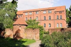 Ziegelgebäude - Backsteinarchitektur / Verwaltungsgebäude Hansestadt Gardelegen - Ziegelmauer mit Turm.