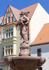 Brunnen am Sperlingsberg in Stendal; Laufbrunnen aus Miltenberger Sandstein / 1906 - Bildhauer Juckhoff-Schkopau; Frauengestalt, die hungernde Vögel füttert.
