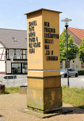 Stele mit Aufschrift: 32 MIO TOTE DRCH KRIEG UND FASCHISMUS MAHNEN DIE LEBENEDEN / DEN FRIEDEN ERKÄMPFEN HEISST DAS LEBEN GEWINNEN. Bilder aus der Hansestadt Osterburg.
