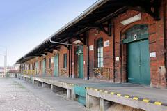 Lagerhaus mit Rampe - Backsteingebäude am Bahnhof Wittenberge.