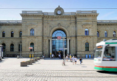 Magdeburger Hauptbahnhof, fahrende Strassenbahn.