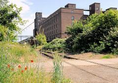 Klinkergebäude / Industrieanlage der 1930er Jahre im Industriehafen von Magdeburg; Gleisanlagen der Hafenbahn.