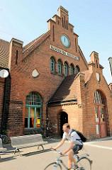 Bahnhof Magdeburg Neustadt - Empfangsgebäude, erbaut 1900; neugotischer Bau, Klinkerbauweise.
