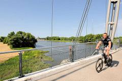 Herrenkrugsteg / Herrenkrugbrücke für Fussgänger und FahrradfahrerInnen über die Elbe in Magdeburg.