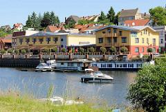 Hafenpromenade in der Hansestadt Havelberg - ein Sportboot fährt Richtung Havel.
