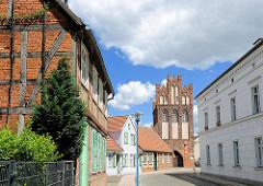 Wohnhäuser und Steintorturm - Steintor, eines der Wahrzeichen von Wittenberge - ursprünglich 1297 erbaut, Wiederaufbau um 1450.