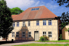 Historisches Schulgebäude bei der Nikolaikirche der Hansestadt Gardelegen - Fachwerkgebäude.