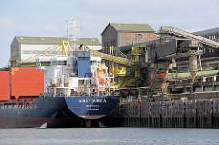 Das Frachtschiff ARIF AMCA liegt am Kalikai in der Rethe; die Ladeklappen sind geöffnet.