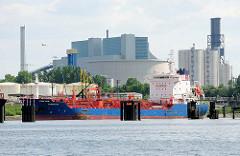 Der Tanker KONGO STAR an der Löschanlage im  Blumensandhafen; im Hintergrund das Kohlekraftwerk Moorburg.