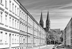 Etagenhäuser - Gründerzeitgebäude in der Katharinenstrasse der Hansestadt Stendal - Türme Dom St. Nikolaus; schwarz-weiss Fotografie.