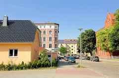 Alt + Neu, unterschiedliche Architekturformen dicht beieinander - Einzelhaus und mehrstöckiges Gründerzeitgebäude - Architektur in Magdeburg.
