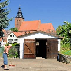 Profanarchitektur / Kirchenarchitektur - Kirche St. Laurentius am anderen Ufer der Havel in der Hansestadt Havelberg; Garage mit Holztor.
