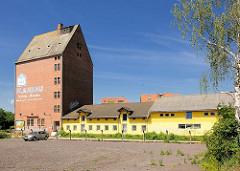 Altes Silogebäude und Lagerhäuser beim Bahnhof der Hansestadt Stendal.