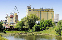 Industriearchitektur im Magdeburger Industriehafen - Silogebäude und Hafenkräne; der Magdeburger Hafen ist der größte Binnenhafen Ostdeutschlands.