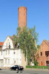 Schrotturm in Tangermünde - mittelalterlicher Wehrturm; jetzige Höhe 47m - als Schrotgiesserei eingerichtet; flüssiges Blei ließ man von oben in einen Bottich mit Wasser fallen und erhielt so Schrotkugeln.
