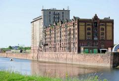 Historische Speicher am Kai des Handelshafen in Magdeburg - Industriearchitektur mit Klinkerfassade.