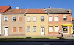 Einstöckige Wohnhäuser mit verschiedenen Fassaden in Tangermünde.