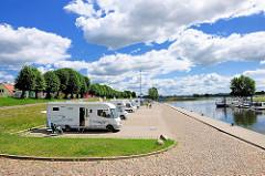 Wohnmobilstellplatz an der Stepenitz / Elbe in Wittenberge; Blick aufs Wasser - blauer Himmel, weisse Wolken.