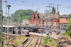 Blick über Gleise und Oberleitungen zum Bahnhof Stendal.