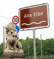 Steinlöwe mit Schild / Wappen, Adler - Anna Ebert Brücke über die Alte Elbe in Magdeburg.