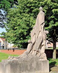 Mahnmal für die Opfer des Faschismus - Vereinigung der Verfolgten des Naziregimes - Steinskulptur in den Wallanlagen der Hansestadt Gardelegen; Bildhauer Rudolf Wewerka.