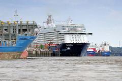 """Schiffe auf der Norderelbe vor der Hafencity; ein Frachtschiff läuft in den Hamburger Hafen ein; das Kreuzfahrtschiff """"MEIN SCHIFF 3"""" liegt am Hamburger Kreuzfahrtterminal Hafencity."""