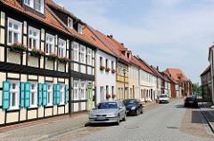 Restaurierte Wohnhäuser, Hansestadt Seehausen - Fachwerkhaus mit blauen Fensterluken und Blumenkästen vor den Fenstern.