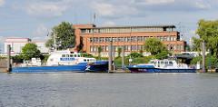 Polizeiboote und Wache der Wasserschutzpolizei-Revier 1 in Hamburg Waltershof im Waltershofer Hafen.